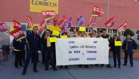 Concentración de trabajadores de Correos en la oficina de La Línea