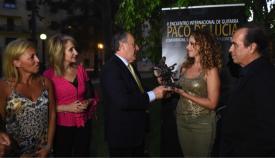 El alcalde entrega la escultura a Pastora Soler