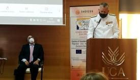 Un momento de la intervención del vicealmirante Núñez Torrente, en el salón de actos de la Facultad de Derecho. Foto LR