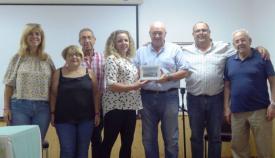 Patricio González con los representantes de la AVV Bahía de Palmones