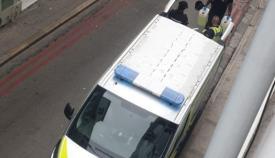 Los policías cargando los contenedores. Foto RGP