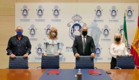 El alcalde y Pilar Pintor con los miembros de la Coral. Foto Ayto. Algeciras