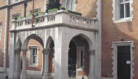 Antiguo convento de los franciscanos y actual sede del gobernador británico. Foto APG