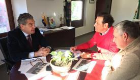 El coordinador de la AGE, José Medina, con los representantes de los taxistas