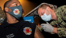 El contramaestre de Aviación de Tercera clase, Corey Jackson, recibe la vacuna Moderna COVID-19 en el Hospital Naval USA en Rota. Foto US Navy/Nathan Carpenter