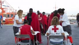 Efectivos de Cruz Roja, en plena atención a inmigrantes recién llegados