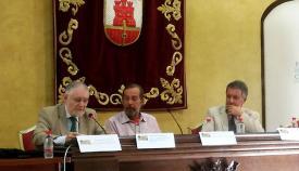 El embajador Yáñez-Barnuevo, primero por la izquierda, durante su intervención en el Curso