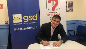 Daniel Feetham (GSD) firma la declaración