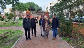 Responsables municipales y de la Junta, esta mañana en los jardines municipales