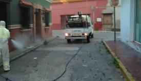 Operarios de limpieza en la calle Gayarre de La Línea