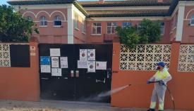 Foto de archivo de un operario municipal en el exterior de un colegio