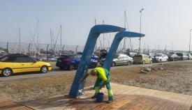 Un operario de la Delegación Municipal de Playas. Foto: NG