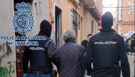 Dos agentes de la Policía con un detenido. Foto: Interior