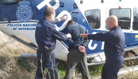 Los agentes de la Policía Nacional junto al detenido