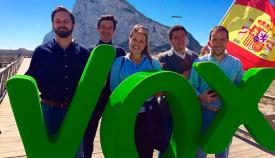 Dirigentes de Vox con Gibraltar de fondo. Foto NG