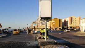 Operarios limpiando algunos de los destrozos sufridos por el mobiliario urbano. Foto: lalínea.es