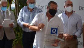 Juan Moncayo con la Q de Calidad Turística concedida a Don Diego