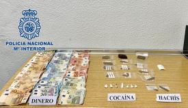 La detenida fue sorprendida con dinero y droga en su domicilio