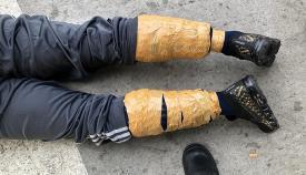 El detenido llevaba la droga adosada a sus piernas con cinta adhesiva