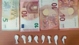 Las dosis de cocaína y parte del dinero incautado al detenido en San Roque