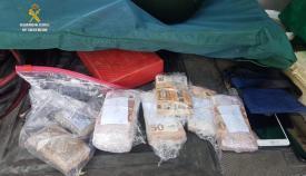 La droga y el dinero intervenido en el maletero del vehículo