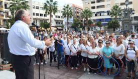 El alcalde de Algeciras, José Ignacio Landaluce, en un acto con mayores en la plaza Alta