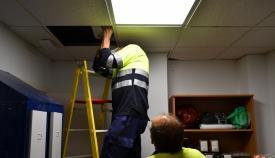 Operarios realizando el cambio de las lámparas. San Roque Multimedia