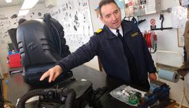 El capitán de navío Vegara, explicando los equipos de infiltración discreta. Foto CG