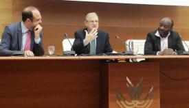 El director del DSN, en el centro, junto a los profesores Antonio Díaz Fernández (izquierda) y Michel Remi (derecha), en la Facultad de Derecho de la UCA. Foto LR