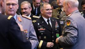 El general Scaparrotti, en el centro de la imagen, en una reciente reunión de la Alianza. Foto OTAN