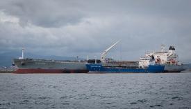 """Bunkering entre el """"Gladiator"""" y el """"Hercules 400"""" en el puerto de Gibraltar. Foto Sergio Rodríguez"""
