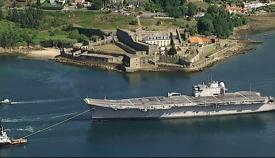 """El portaaviones """"Príncipe de Asturias"""", siendo remolcado rumbo a su desguace"""