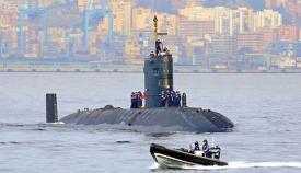 El submarino nuclear HMS Torbay con Algeciras al fondo
