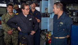 El vicealmirante Antonio Martorell Lacave, izquierda, con el contralmirante de la marina estadounidense Edward Cashman, a bordo del destructor USS Gridley (DDG 101). Foto US Navy/Cameron Stoner