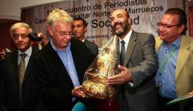 Al-Sharraoui entregando un obsequió al expresidente español Felipe González, en el V Congreso de Periodistas celebrado en Castellar