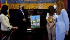 La artista Paula López entrega al alcalde un cuadro con temática europea