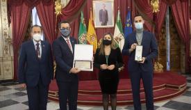 El alcalde, tras el acto junto a responsables de la Diputación. Foto: lalínea.es