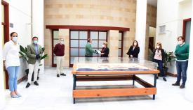 El Consistorio entrega mascarillas a la Asociación Española Contra el Cáncer