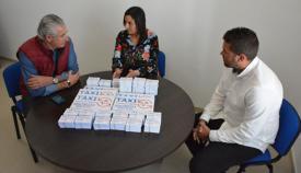 Mercedes Serrano ha entregado las tarjetas a los responsables del taxi en San Roque