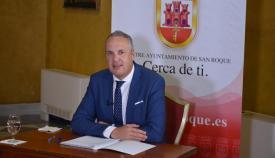 El alcalde, durante la entrevista realizada por la televisión municipal