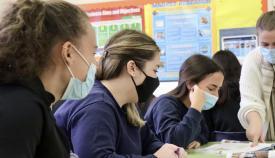 Escolares con sus mascarillas atendiendo en clase. Foto GG