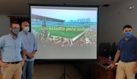 El alcalde junto a dos de sus concejales y un montaje ficticio del nuevo estadio