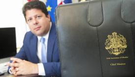 Fabian Picardo y su cartera como ministro principal de Gibraltar