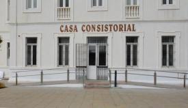 Imagen de la entrada al Ayuntamiento de San Roque