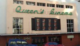 Fachada del Queen's Cinema en una imagen antigua