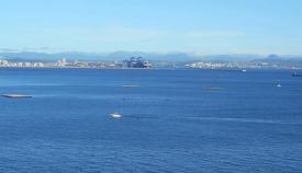 Agaden solicita la retirada de las cuatro bateas de la playa de Getares