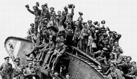Soldados celebrando el final de la I Guerra Mundial