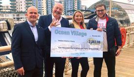 Entrega del cheque de los comercios de Ocean Village a Wobbles Charity