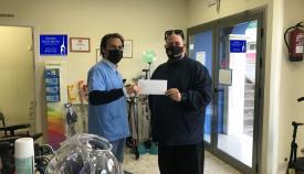 Momento de la donación al colectivo. Foto Adem-CG