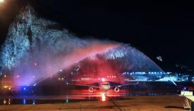 Recibimiento a un avión que aterrizó en diciembre en el Peñón. Foto GG